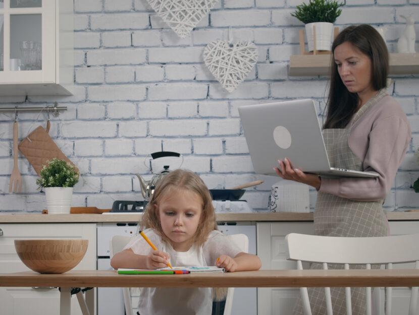 Casa smart working donna bambina