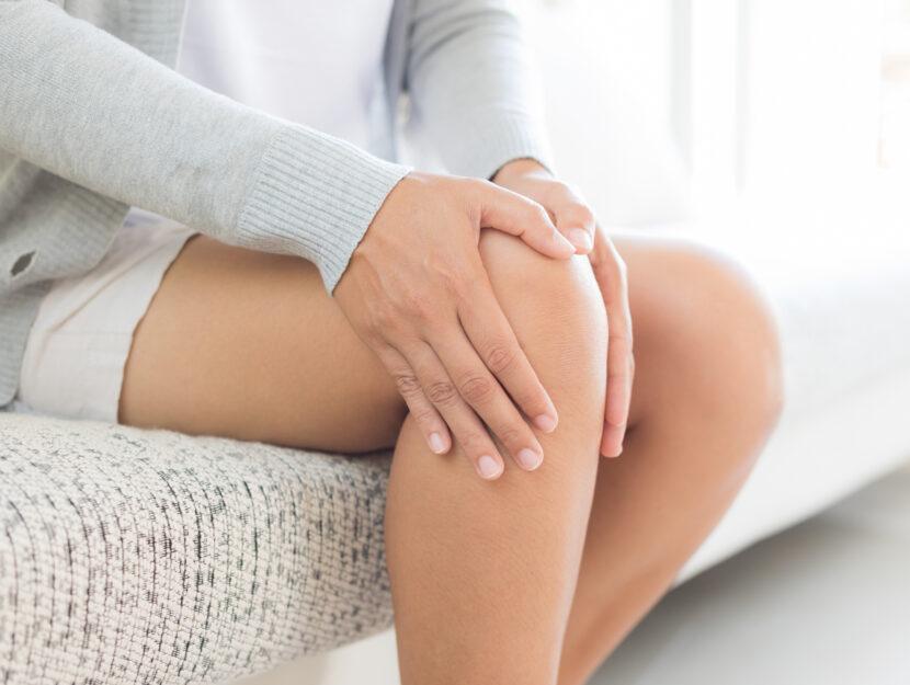 Donna dolore gamba casa divano