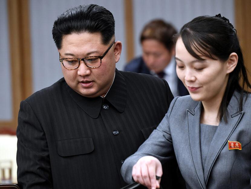 Il leader della Corea del Nord Kim Jong-un firma il libro degli ospiti accanto a sua sorella Kim Yo-
