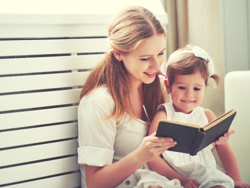 Mamma bambina leggono libro