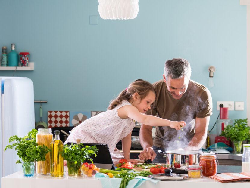 Uomo bambina tavolo cucinare