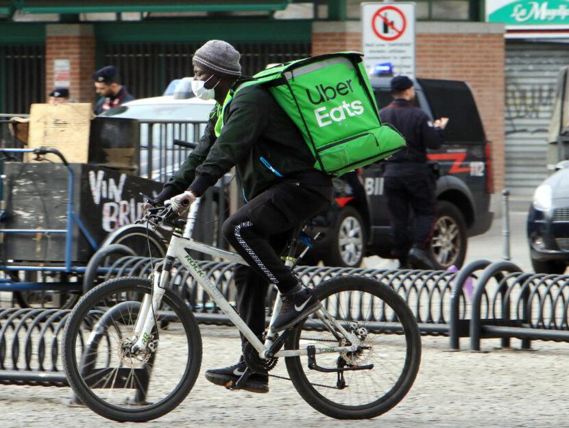 Un biker rider in centro al lavoro in bicicletta, Milano