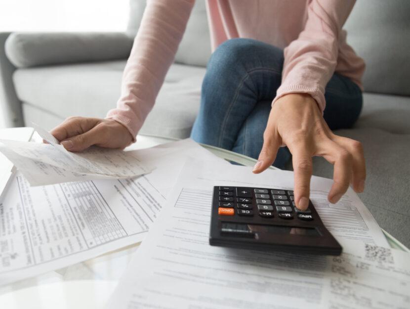Donna calcolatrice divano