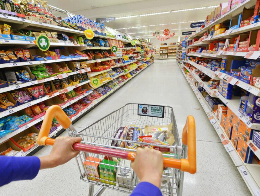 Donna carrello supermercato spesa
