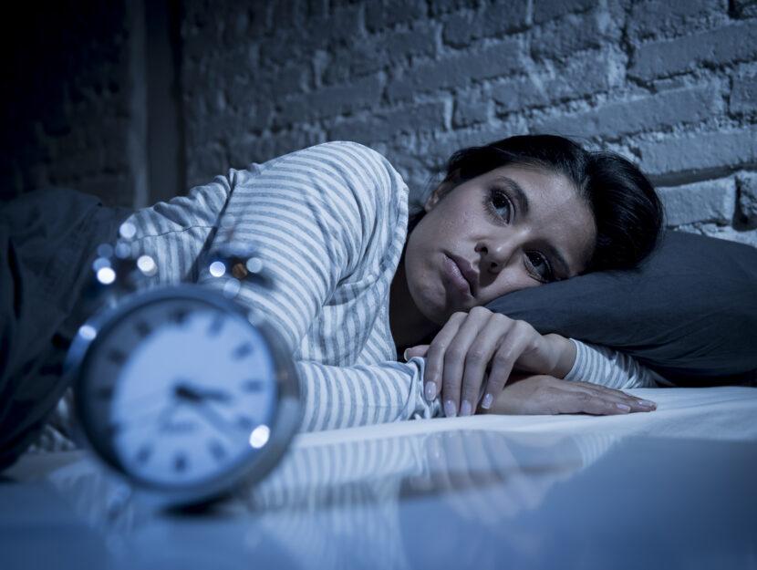 Donna insonnia sveglia letto