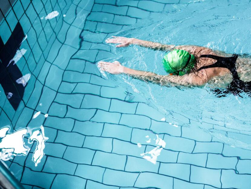 Donna nuoto piscina