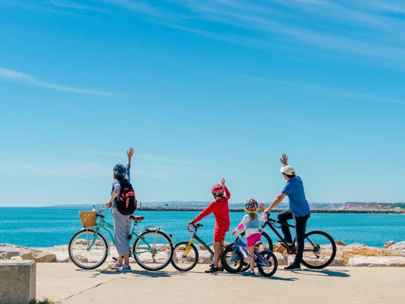 Famiglia vacanza bici mare