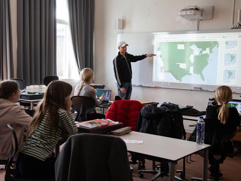 Un insegnante in classe in una scuola danese. Foto di Kristian Buus/In Pictures via Getty Images