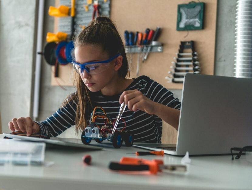 Ragazzina Stem robotica pc