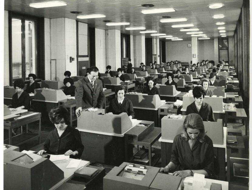 Il personale femminile al lavoro al Centro Elettronico della Cariplo, 1969. Fotografia di Elle2 Fo
