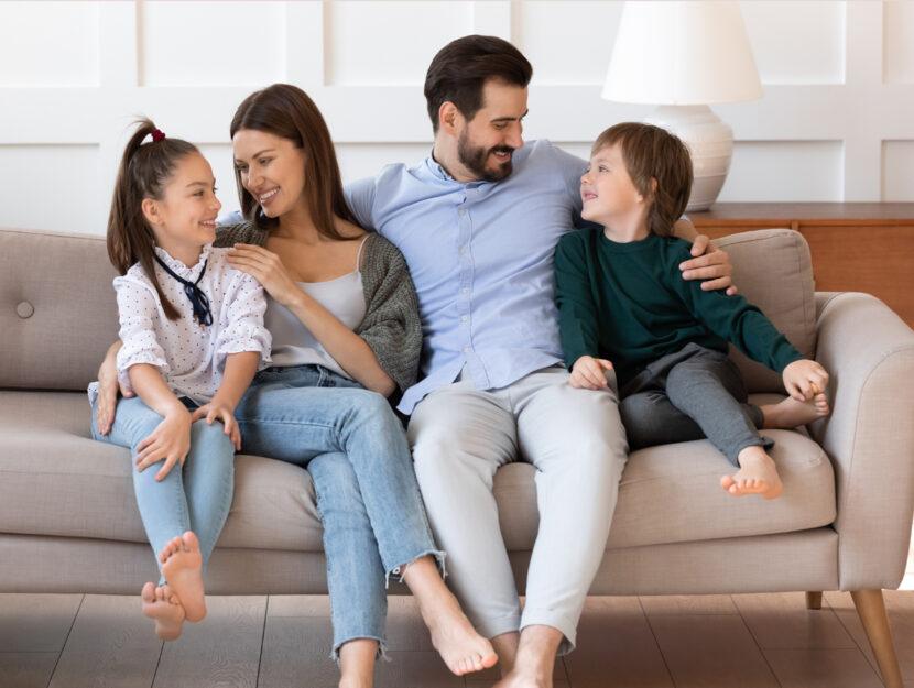 Famiglia bambini divano casa