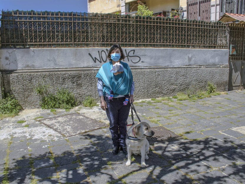 Lucia, giovane non vedente, con il suo cane guida e il suo bambino, nato a Napoli alla fine dello sc