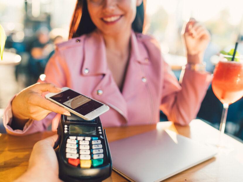 Ragazza pagamento cellulare bar