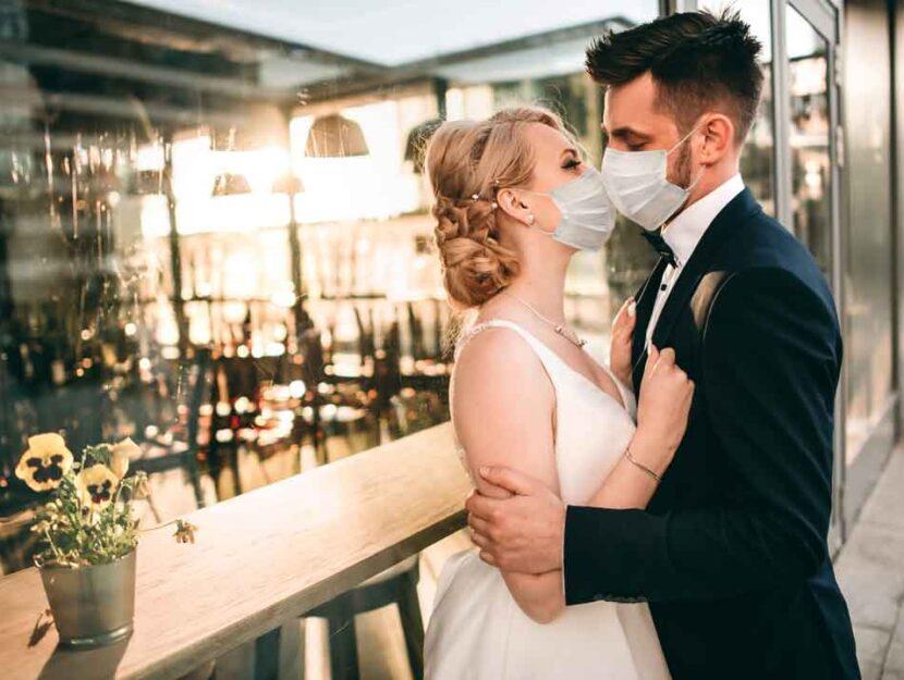 coppia sposi mascherina