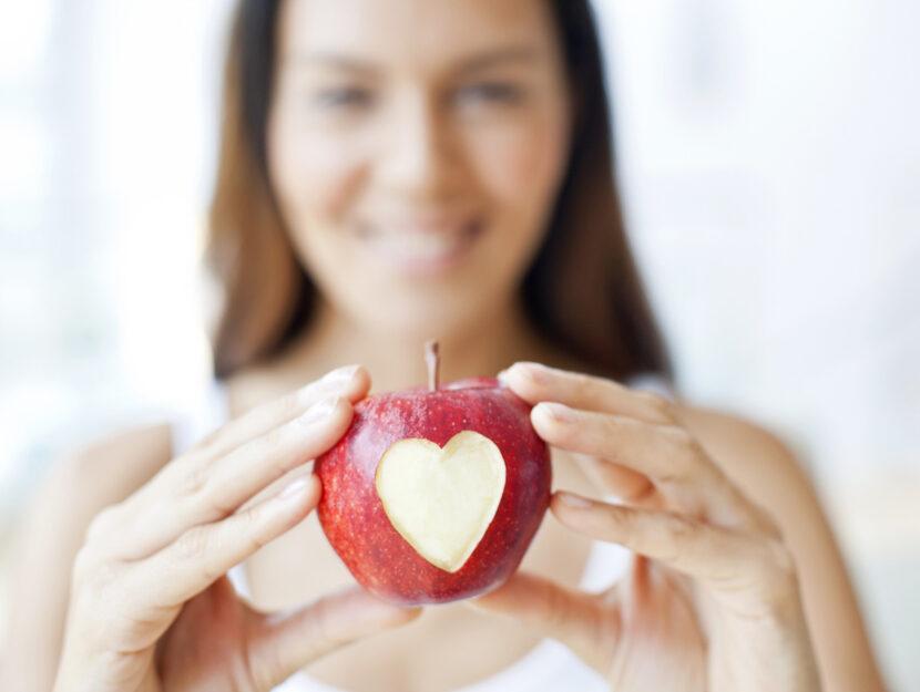 Donna mela cuore