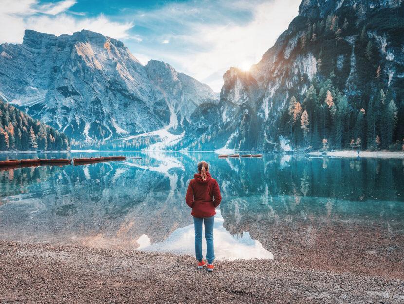 Lago di Braies - Immagine rilassante di panorama montano lacustre