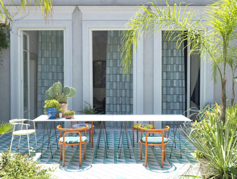Tende e cuscini in tinta con le piastrelle del terrazzo