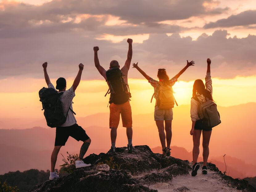 Turismo sostenibile esempi: ragazzi zaino in spalla