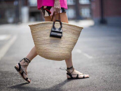 Le borse di paglia sono un must, anche in città