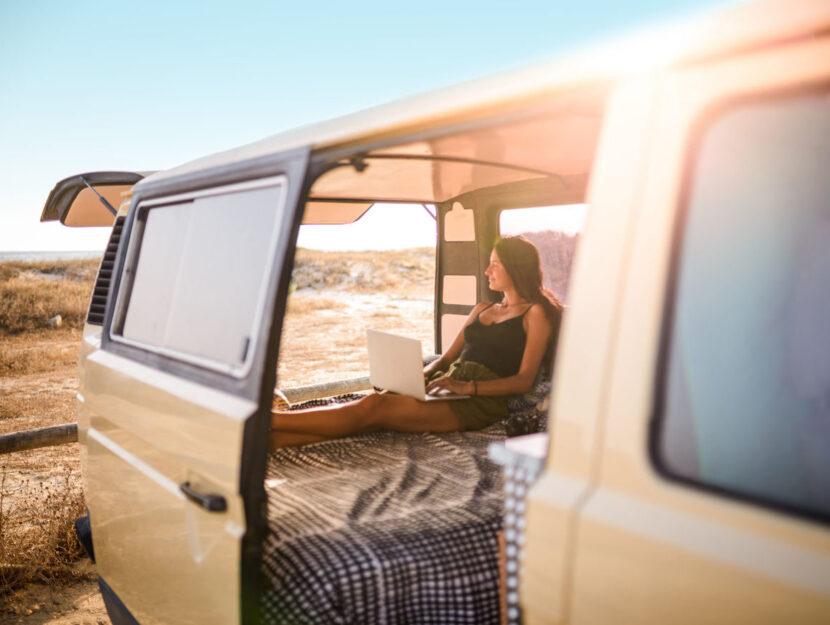 Ragazza camper deserto computer