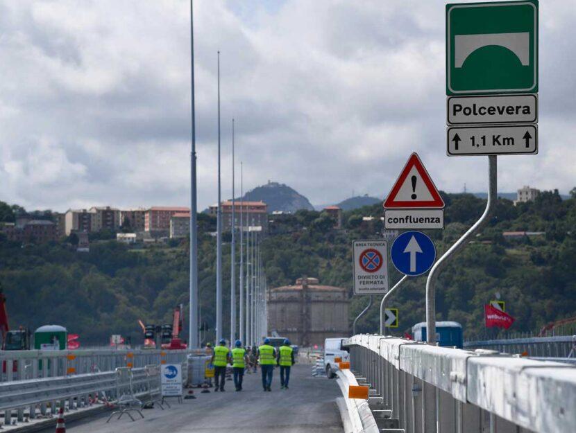 Ultimi lavori sul ponte San Giorgio, pronto per l'inaugurazione il 3 agosto 2020, due anni dopo la t