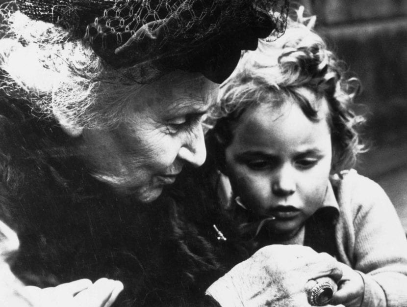 Maria Montessori e un bimbo