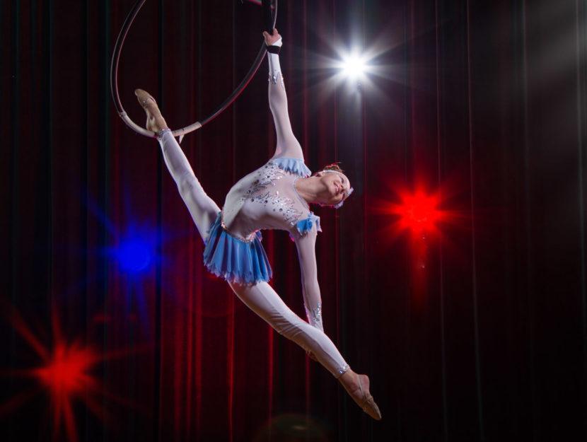 Acrobata circo donna