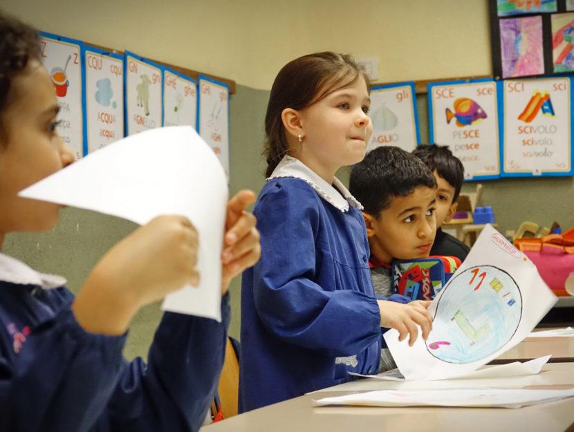Bambini aula scuola disegni