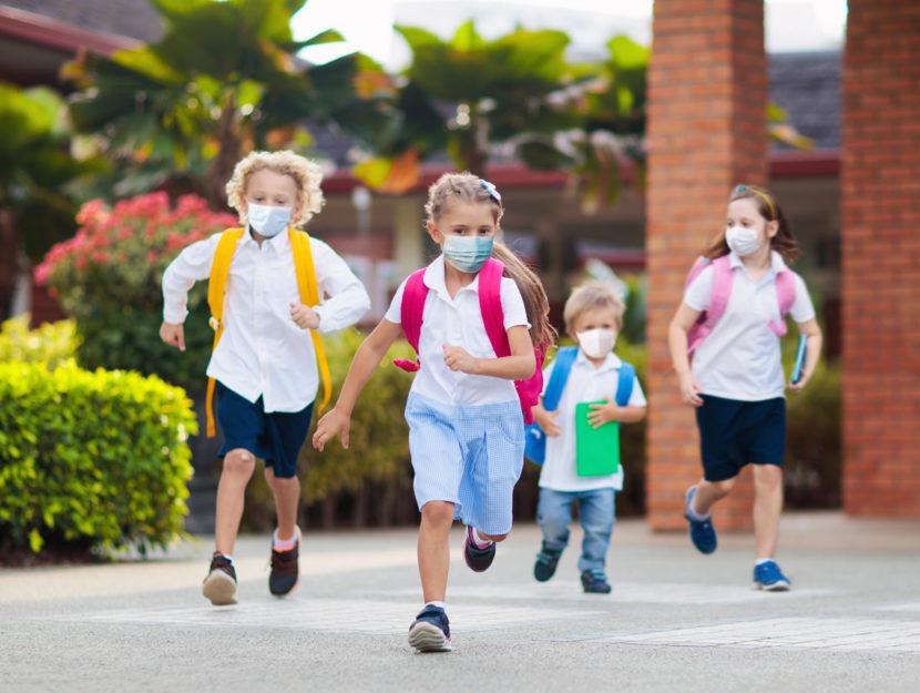 Bambini corrono scuola mascherine
