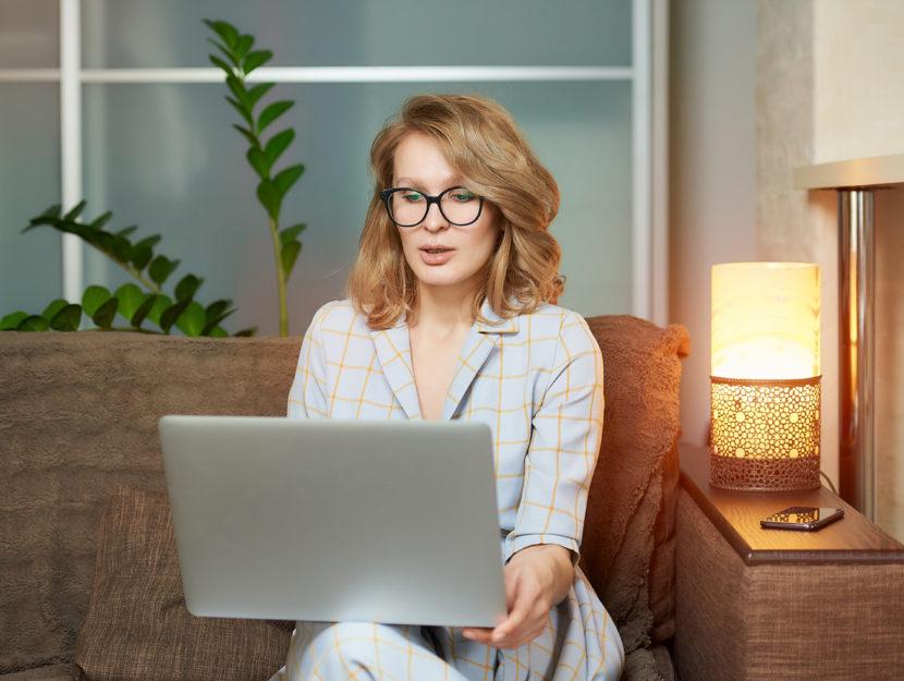 Donna computer pc casa