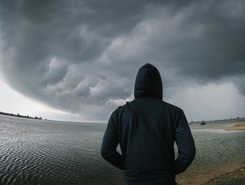 Uomo spalle felpa mare