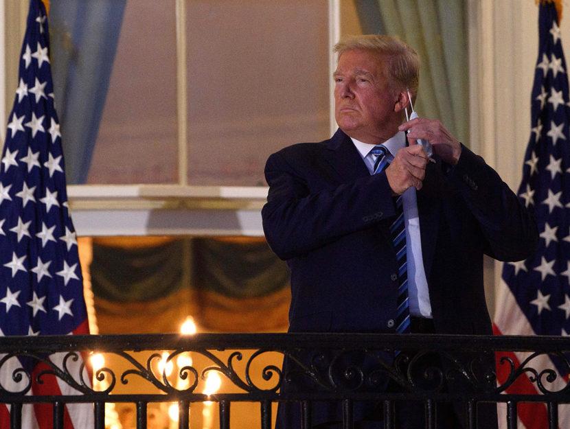 Il presidente Trump si toglie la mascherina dopo essere tornato alla Casa Bianca dall'ospedale, 5 ot