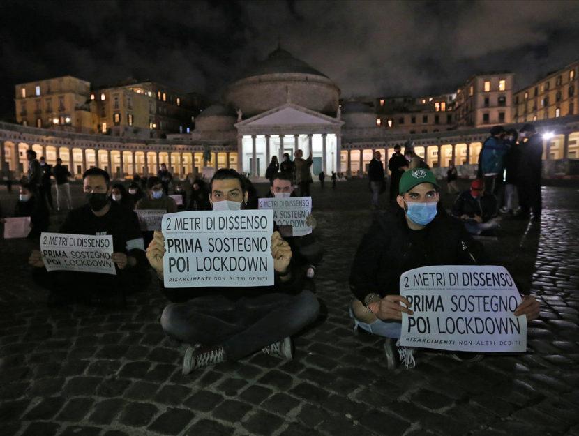 Lockdwon Napoli manifestazione piazza Plebiscito