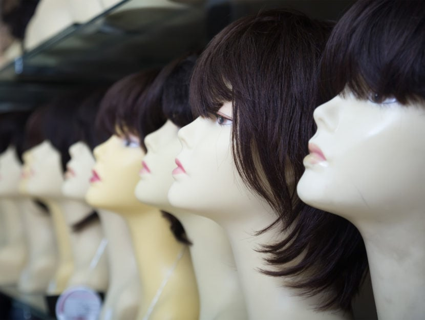 Parrucche donna negozio scaffali