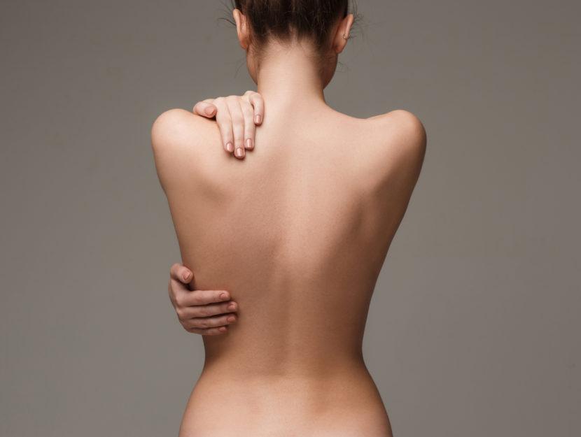 Ragazza nuda di spalle
