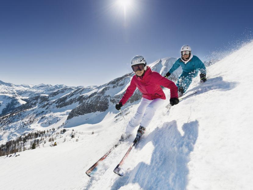 Uomo donna pista da sci neve