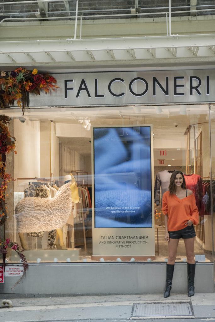 Irina Shayk nel negozio di Falconeri