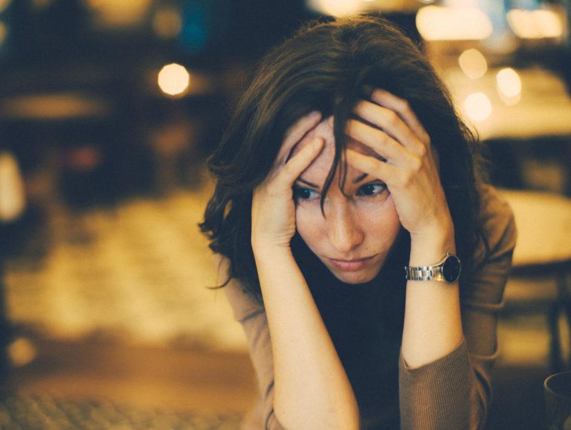 Donna sola preoccupata