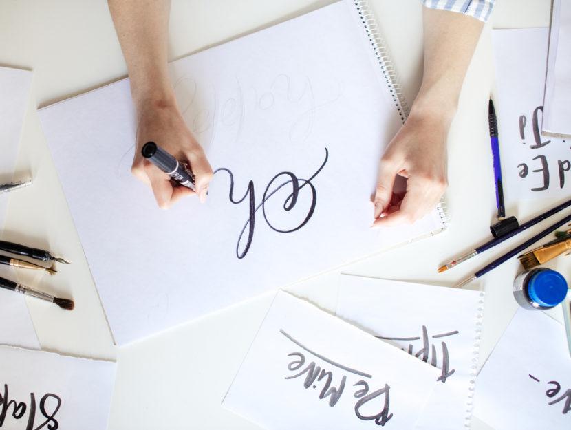 hand lettering donna pennelli fogli