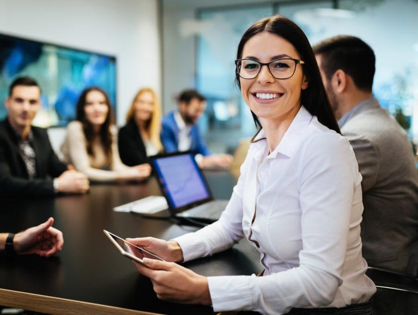 Donna ufficio riunione scrivania