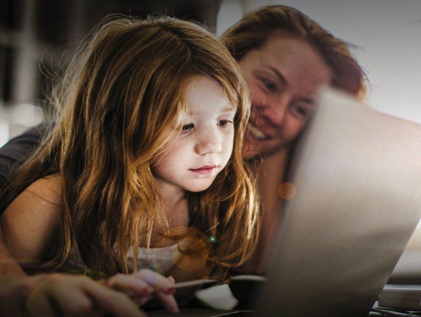 Mamma bambina al computer