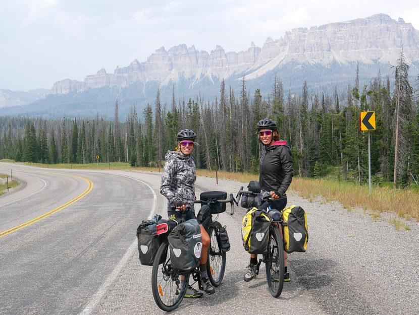 """L'impresa delle """"cicliste per caso""""Silvia Gottardi, 42 anni, e Linda Ronzoni, 52, percorrono i"""