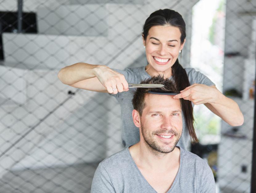 Coppia taglio capelli in casa