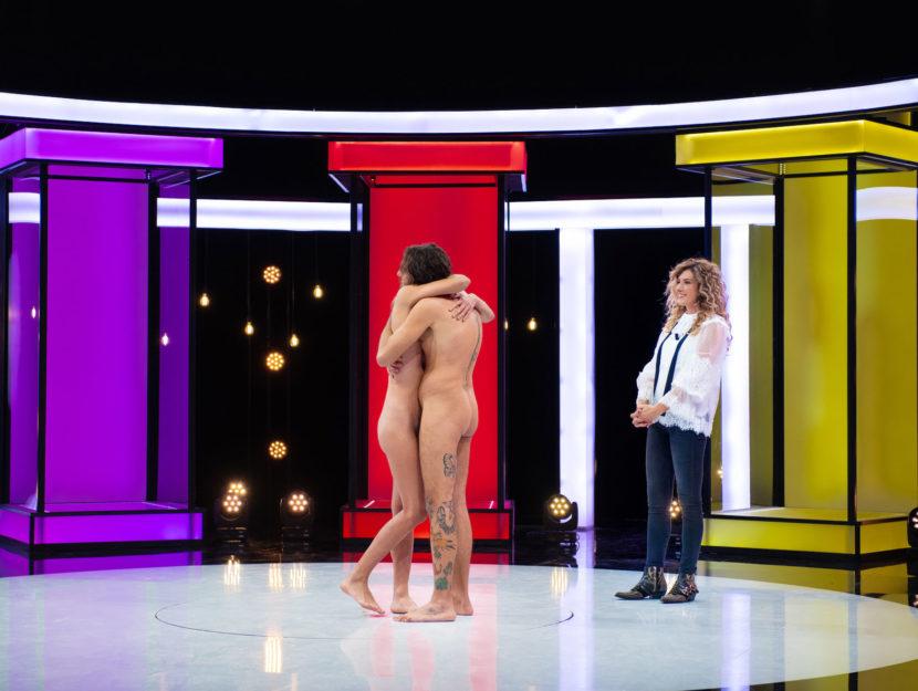 La conduttrice Nina Palmieri e 2 concorrenti di Naked attraction.