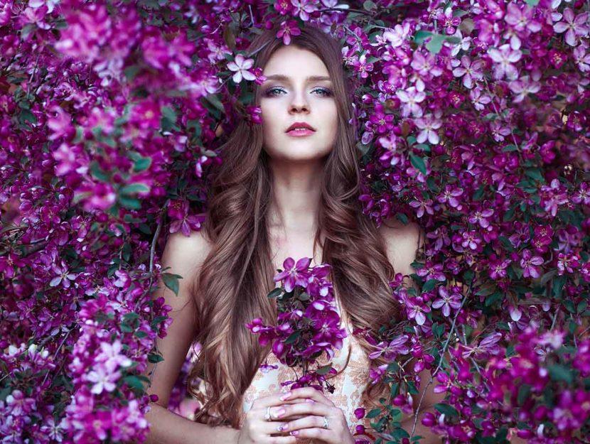 donna in mezzo a fiori viola