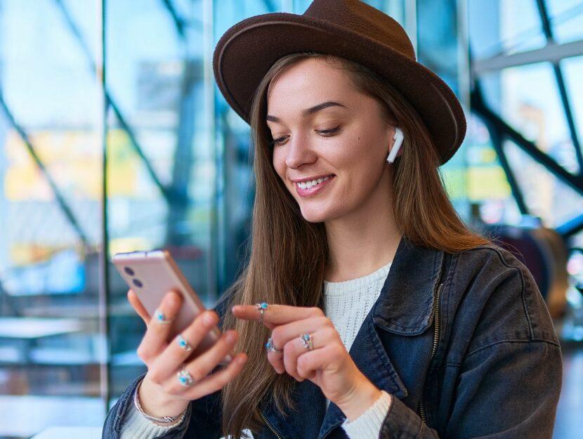 ragazza con cappello e smartphone