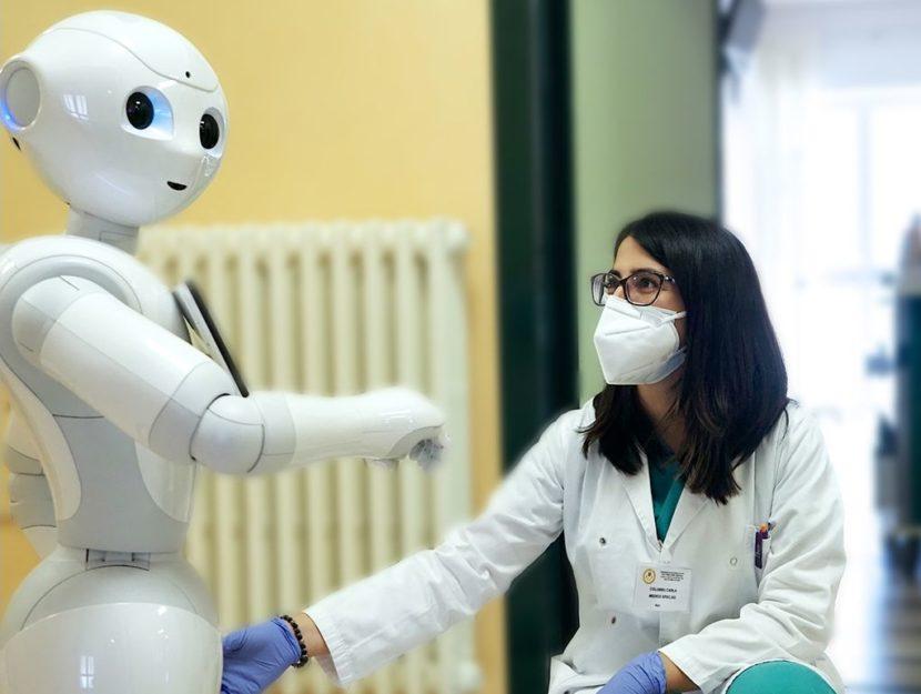 """Il robot Pepper all'ospedale San Giovanni Rotondo """"comunica"""" con un medico."""