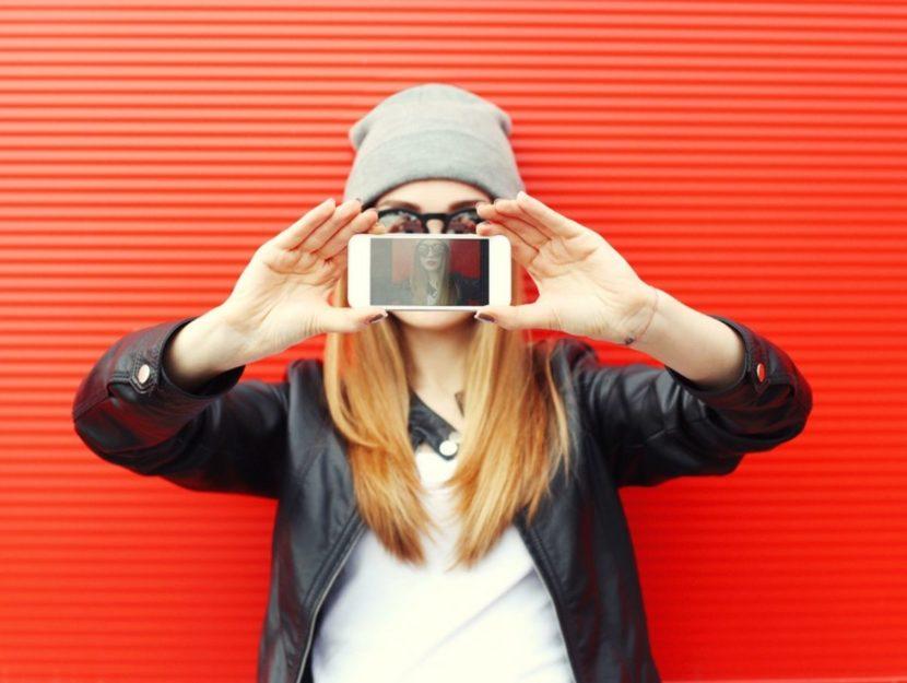 Donna con in mano cellulare selfie