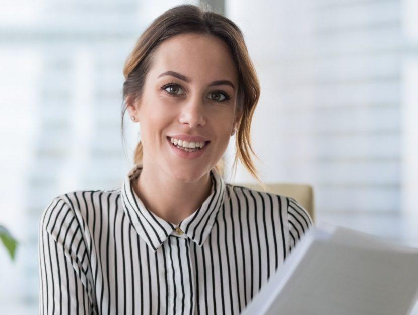 Donna al lavoro in ufficio