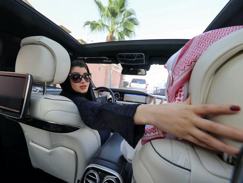Una donna alla guida a Riad, aprile 2018